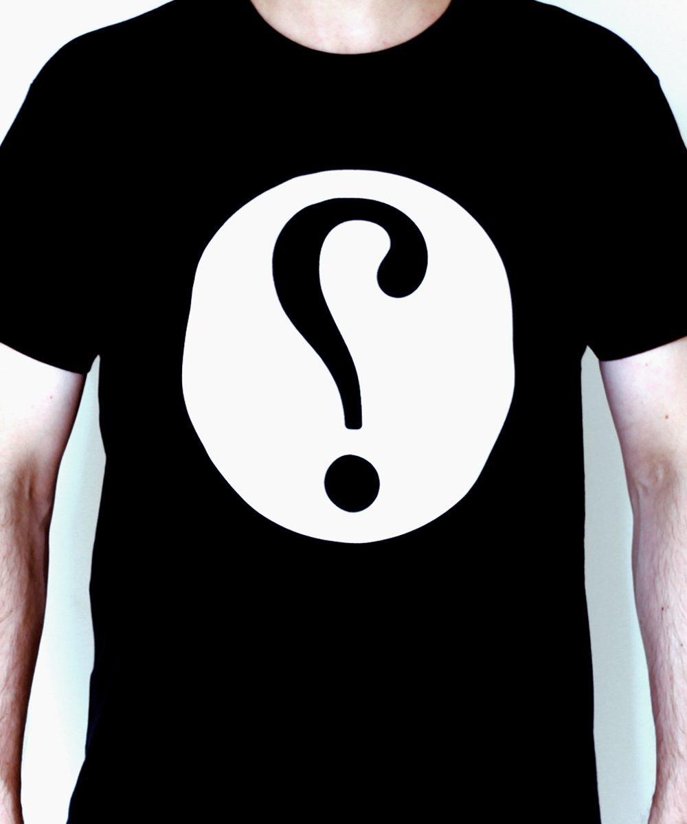 Shirt mit Ironiezeichen auf schwarzem Stoff